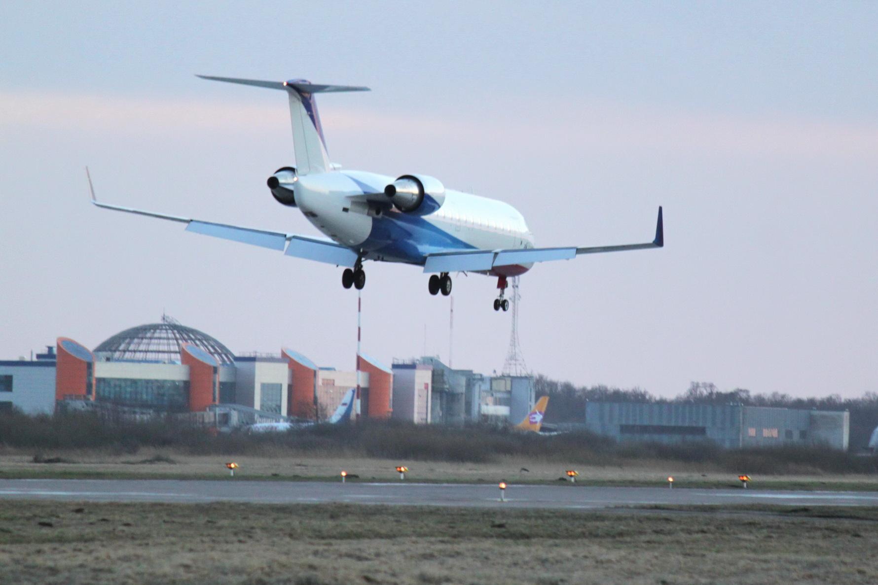 Опубликовано видео выкатившегося за ВПП самолета в Калининграде